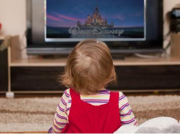 بنت صغيرة تشاهد التلفاز العربية