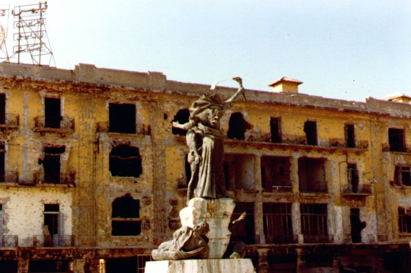 تمثال الشهداء في وسط بيروت خلال الحرب - عام 1982